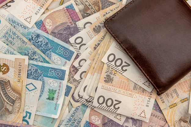 Carteira de couro com calculadora em cédulas de zloty polonês. fundo de negócios