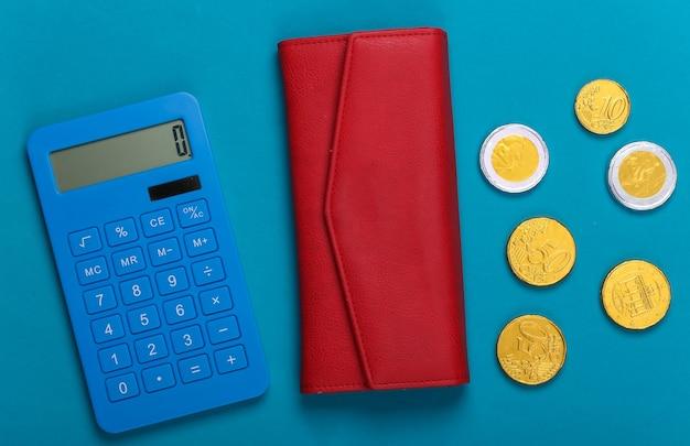 Carteira de couro com moedas e calculadora em um azul