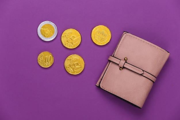 Carteira de couro com moedas em roxo