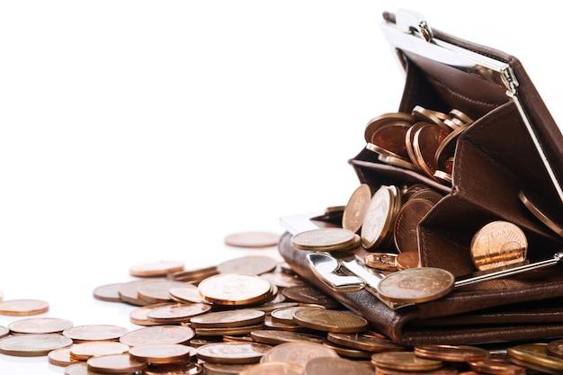 Carteira de couro com muitas moedas de um centavo de euro