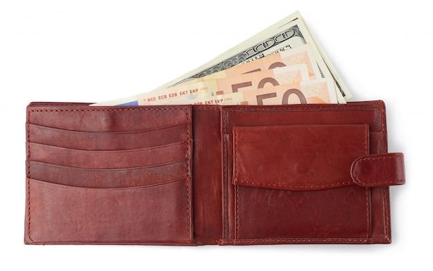 Carteira de couro marrom aberta com papel-moeda euro isolado no branco