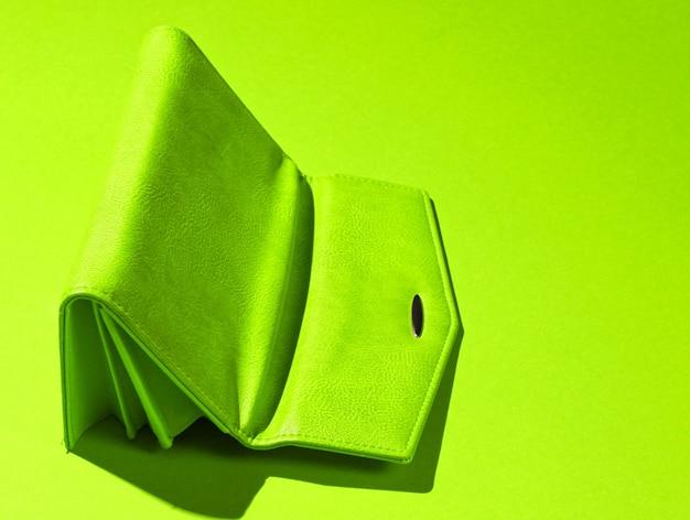 Carteira de couro vermelha de cabeça para baixo em verde