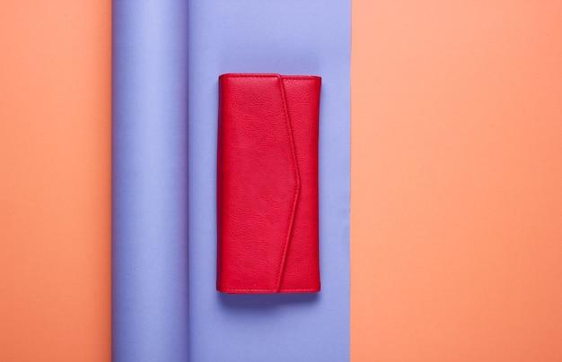 Carteira de couro vermelho em papel embrulhado