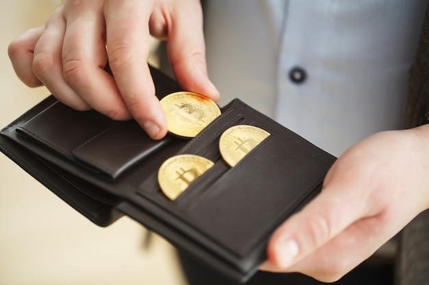Carteira de moeda virtual. moeda de ouro bitcoin e dinheiro criptografado impresso. conceito de criptomoeda
