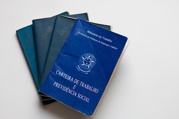 Carteira de trabalho brasileira com fundo branco.