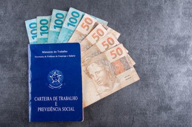 Carteira de trabalho brasileira com notas reais