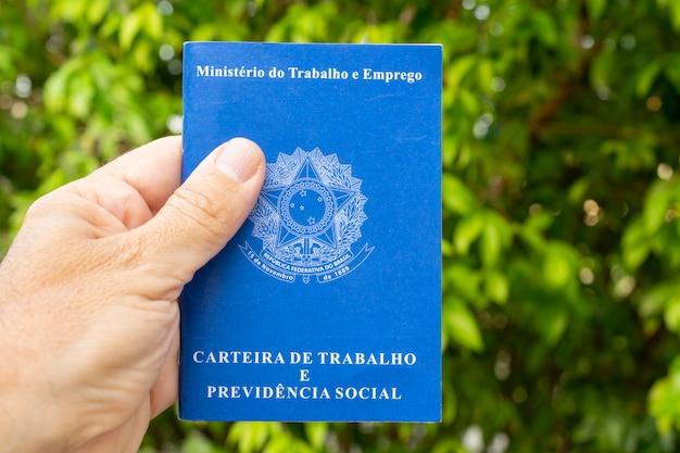 Carteira de trabalho brasileira. conceito de prestação de serviços no campo.