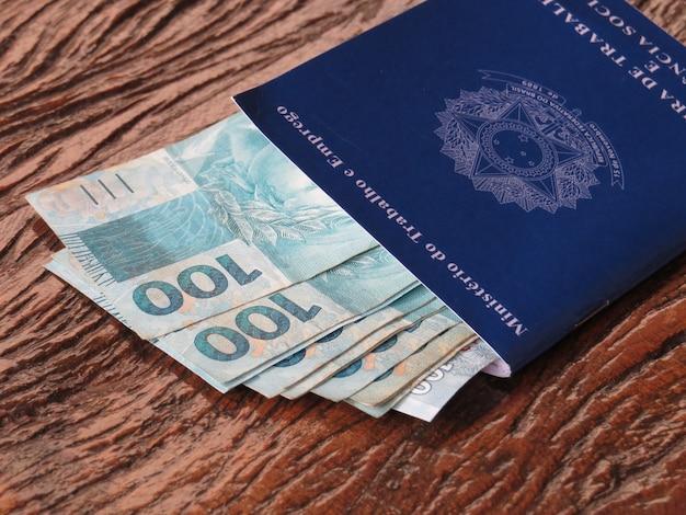 Carteira de trabalho brasileira e dinheiro brasileiro