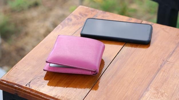 Carteira e telefone na mesa