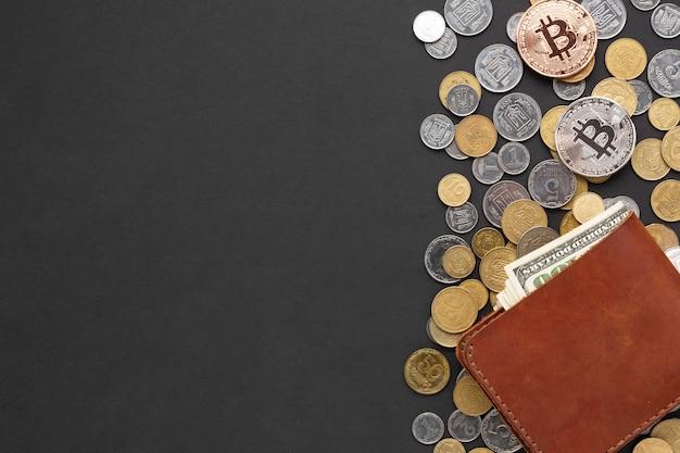 Carteira em cima de moedas com cópia-espaço