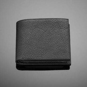 Carteira masculina de couro de estilista em um fundo preto