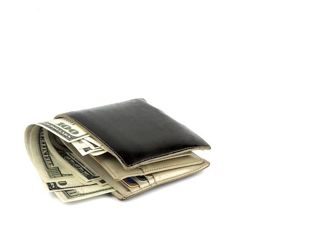 Carteira preta velha com o dólar isolado no fundo branco