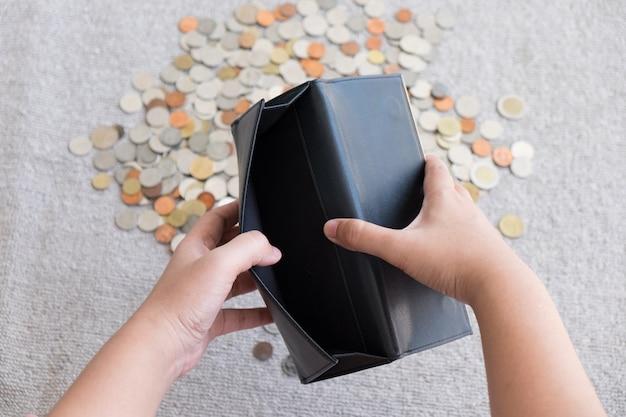 Carteira sem dinheiro e moeda de fundo