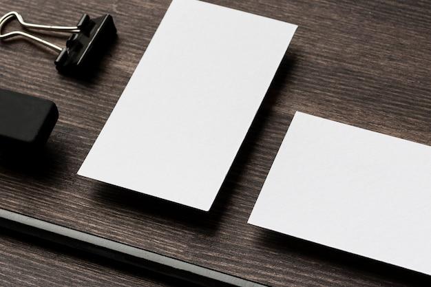 Carteiras de identidade da empresa e clipes de papel de metal