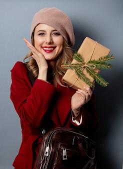 Carteiro de mulher com caixa de presente