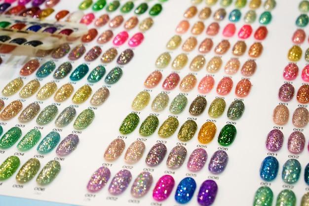 Cartelas de cores para esmaltes. amostras de esmaltes em cores de moda diferentes.