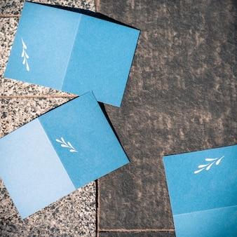 Cartões azuis em branco na textura cinza