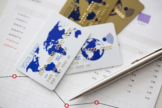 Cartões bancários estão em gráficos com estatísticas financeiras