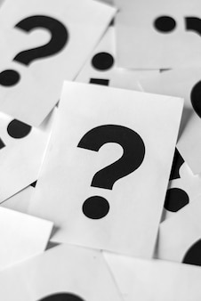 Cartões brancos com pontos de interrogação