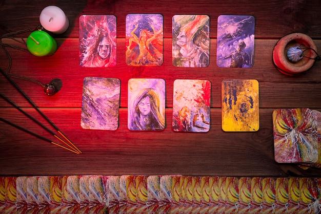 Cartões de adivinhação, cartões rúnicos para adivinhação em uma mesa de madeira. acessórios para adivinhação. vista do topo