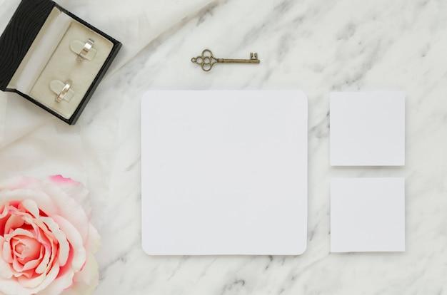 Cartões de casamento vazios com anéis