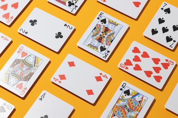 Cartões de cassino em fundo amarelo