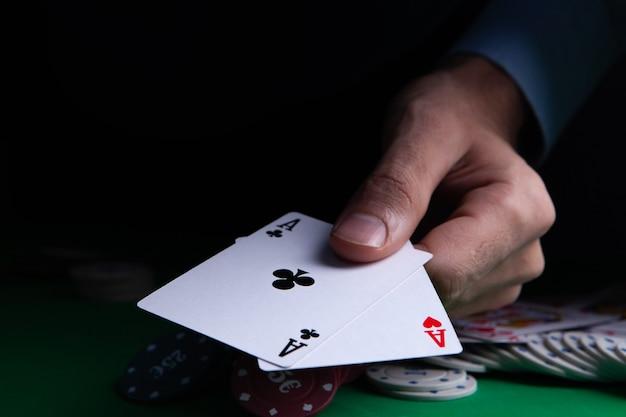 Cartões de close-up para jogar pôquer em uma mesa de jogo em um cassino