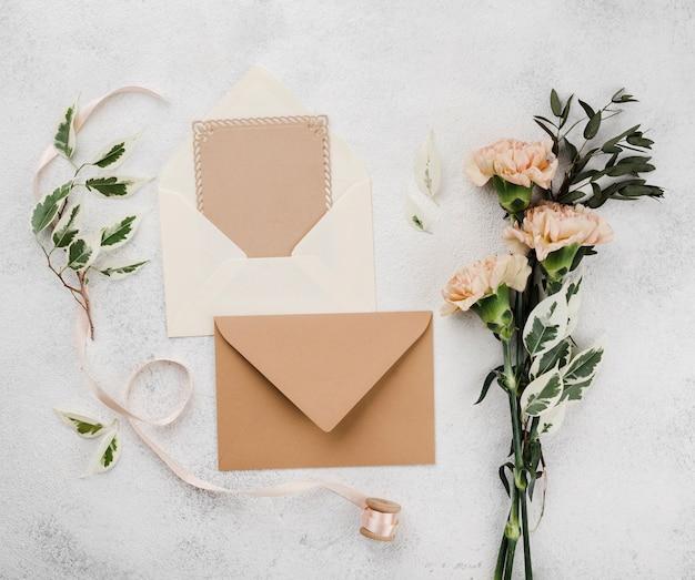 Cartões de convite de casamento com flores