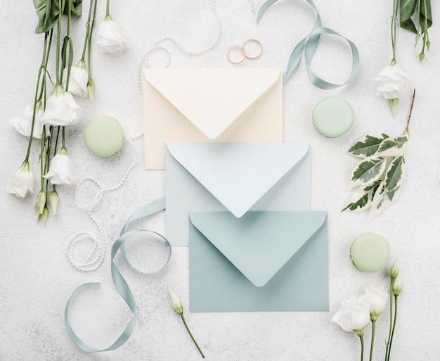 Cartões de convite de casamento em envelopes