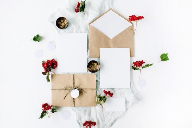 Cartões de convite de casamento, envelopes artesanais, rosas cor de rosa e vermelhas e folhas verdes em branco