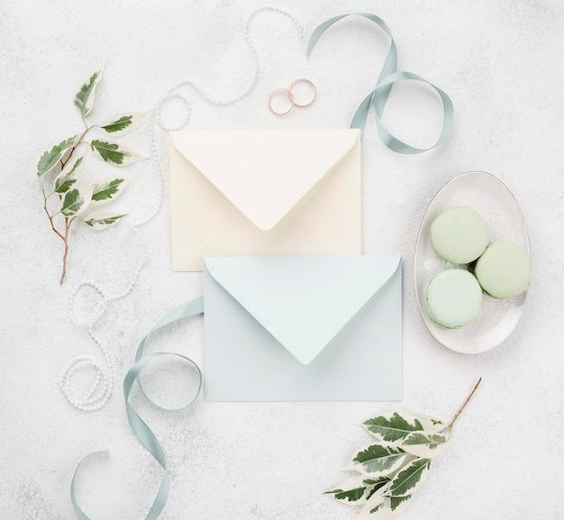Cartões de convite de casamento vista superior com fita