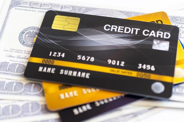 Cartões de crédito e 100 dólares em dinheiro