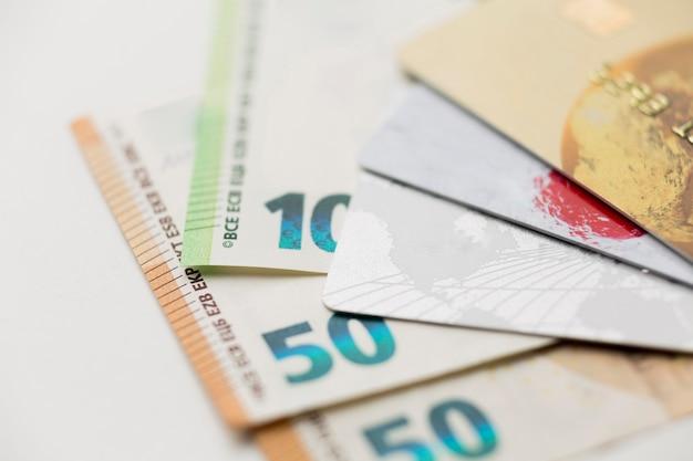 Cartões de crédito e notas de banco em close