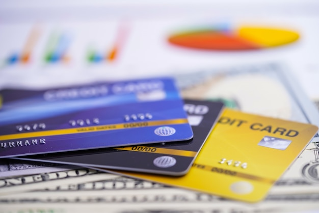 Cartões de crédito em tabelas e papéis gráficos