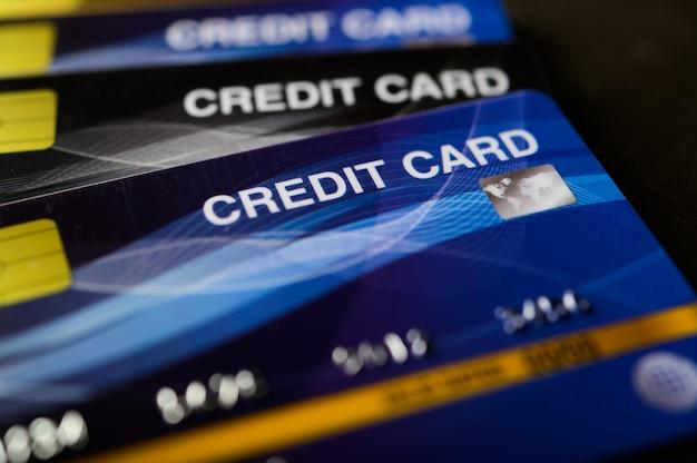 Cartões de crédito empilhados no chão