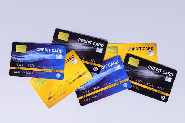 Cartões de crédito foram colocados em um fundo branco.