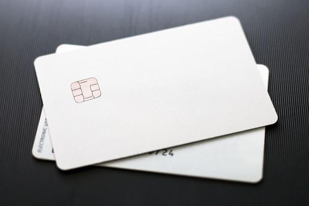 Cartões de crédito na superfície preta