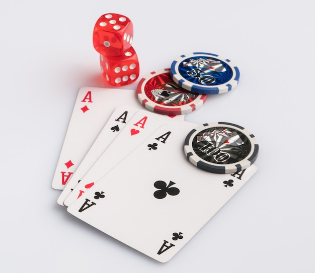 Cartões de fichas de pôquer e dados em um fundo branco o conceito de jogos de azar e entretenimento
