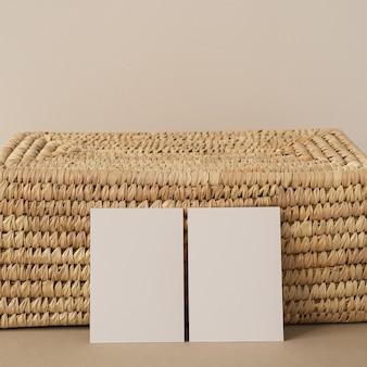 Cartões de folha de papel em branco com espaço de cópia de maquete. modelo de negócios estético mínimo