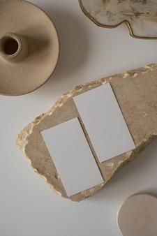 Cartões de folha de papel em branco com espaço de cópia de maquete, pedra de mármore
