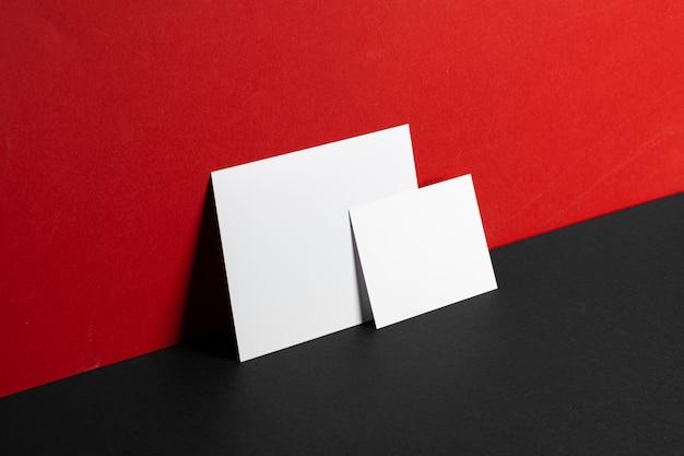 Cartões de identificação comercial mock-se no plano de fundo