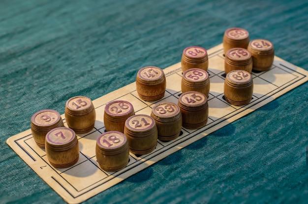 Cartões de loteria e barris na mesa verde