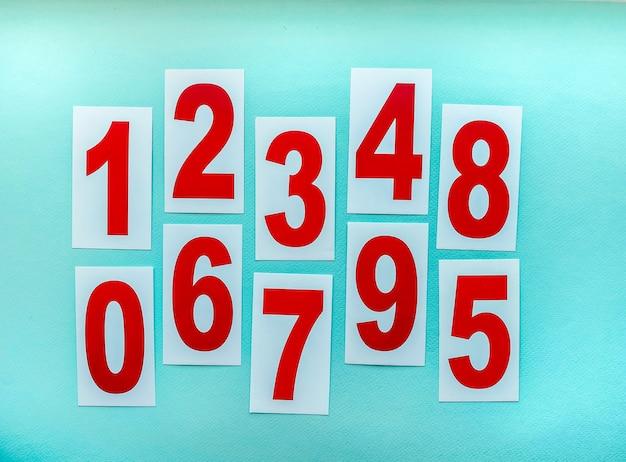Cartões de papel com números sobre uma mesa para o ensino de crianças. o conceito de educação e desenvolvimento.