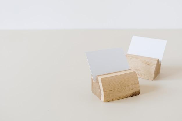 Cartões de papel em branco com espaço de cópia em porta-cartões em bege
