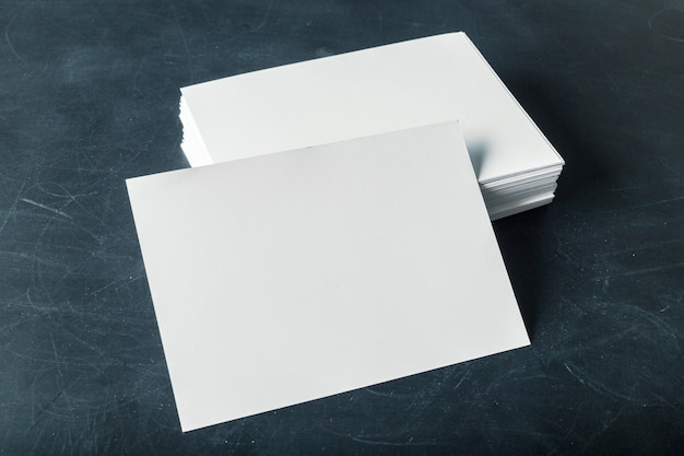 Cartões de papel em branco com suporte na pilha