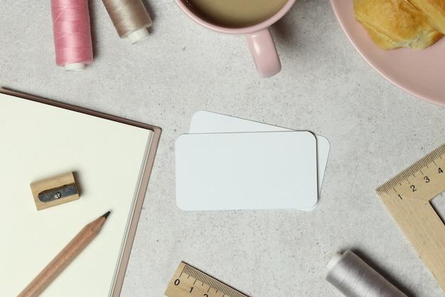 Cartões de papel em granito com caderno, tópicos, xícara de café e bolo
