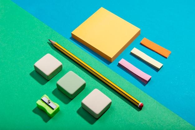 Cartões de post-it e ferramentas escolares