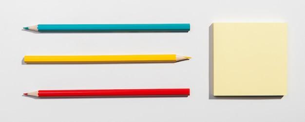 Cartões de post-it e lápis escolares