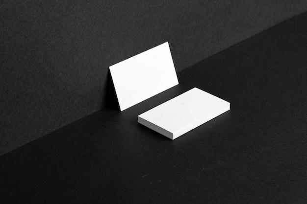 Cartões de visita brancos em branco encostado na parede