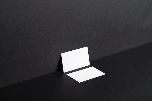 Cartões de visita brancos na mesa preta